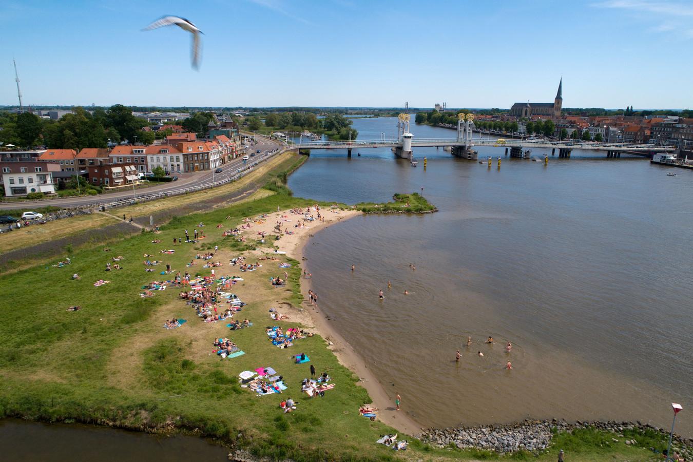 Op het stadsstrand aan de IJssel tegenover het stadsfront van Kampen mag er een strandpaviljoen komen. Omwonenden hekelen de manier waarop de gemeente Kampen dit besluit heeft genomen en dienen een handhavingsverzoek in.