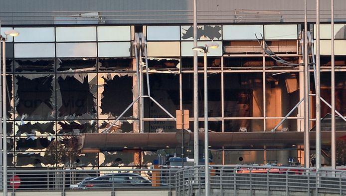 Schade aan de luchthaven na de aanslagen op 22 maart. Het onderzoek naar de aanslag in Zaventem werd aanvankelijk in het Nederlands gevoerd.