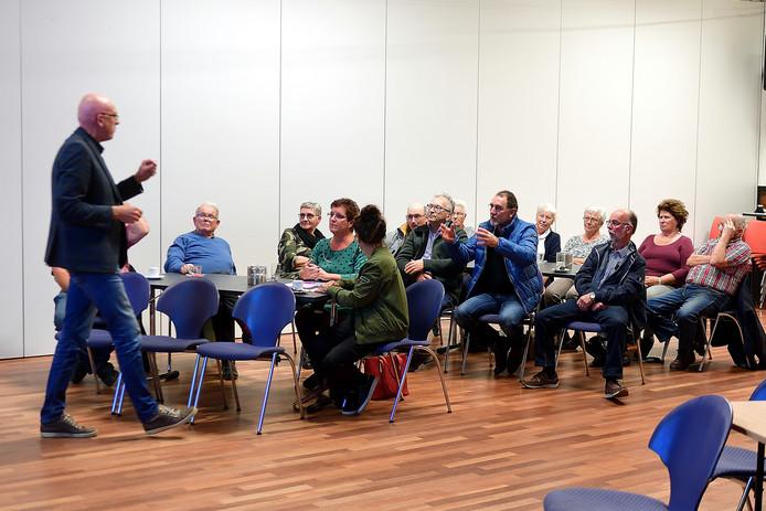 In Nieuwenbergh legt  Thuisvester Klik voor Wonen uit aan kritische Zeggenaren.