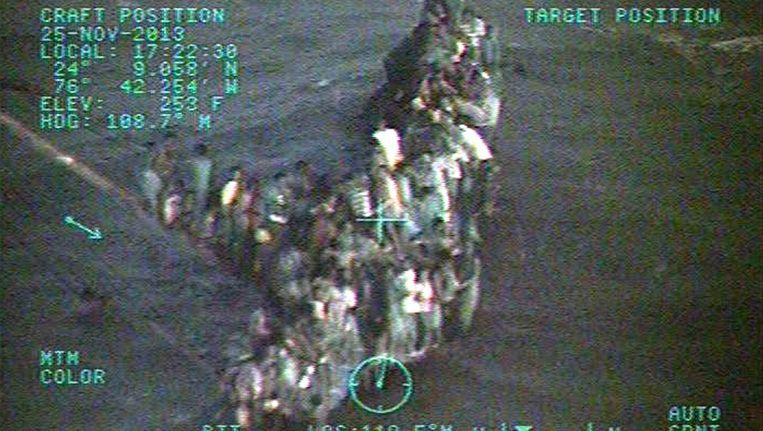Een foto gemaakt door de Amerikaanse kustwacht toont een boot vol Haïtiaanse migranten nabij de kust van de Bahama's eind november van dit jaar. Beeld EPA