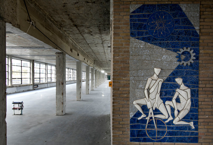 Een van de verdiepingen van Strijp-TQ; sommige kunstwerken uit de Philipstijd hangen er nog steeds.