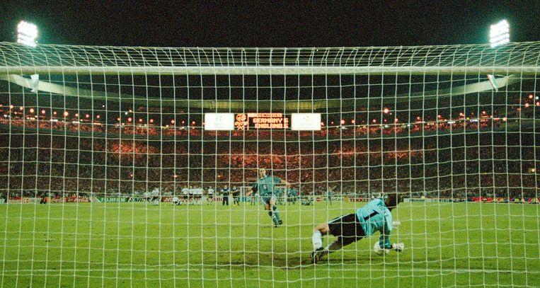 EK 1996:  Gareth Southgate ziet de beslissende strafschop gestopt worden door de Duitse doelman Andreas Köpke. Engeland redt het weer niet tegen Duitsland. Beeld Getty Images