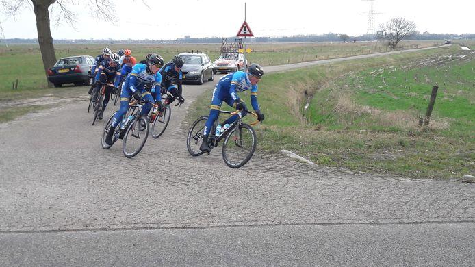 De renners in de kopgroep zeiden geen last te hebben gehad van de kou.  'Het was best een mooie dag om te koersen', zei bijvoorbeeld Abe Celi (vooraan, links)