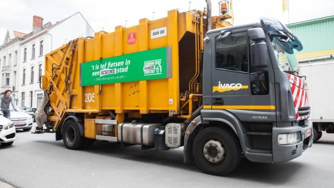 Twee concurrerende vuilniswagens botsen nadat één van beide door het rood reed