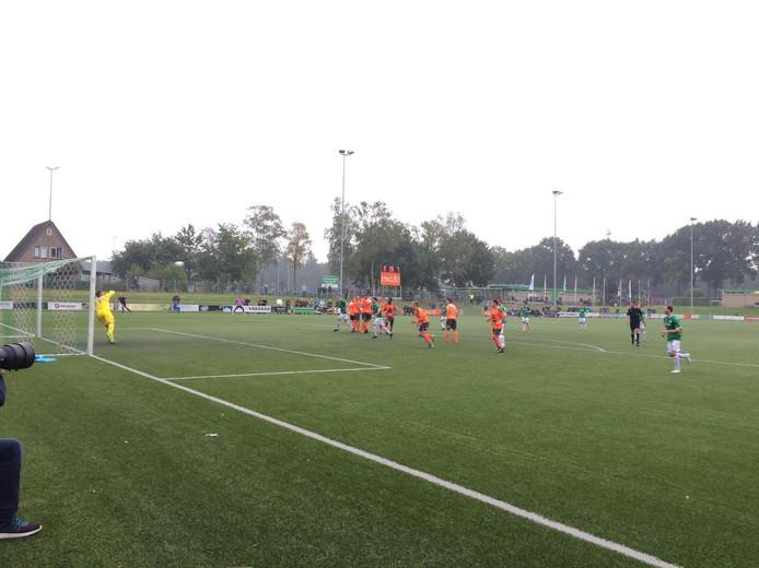Jeremy de Graaf krult de bal over de muur in de bovenhoek en tekent voor de 1-1. Jong Volendam-doelman Mitchel Michaelis.