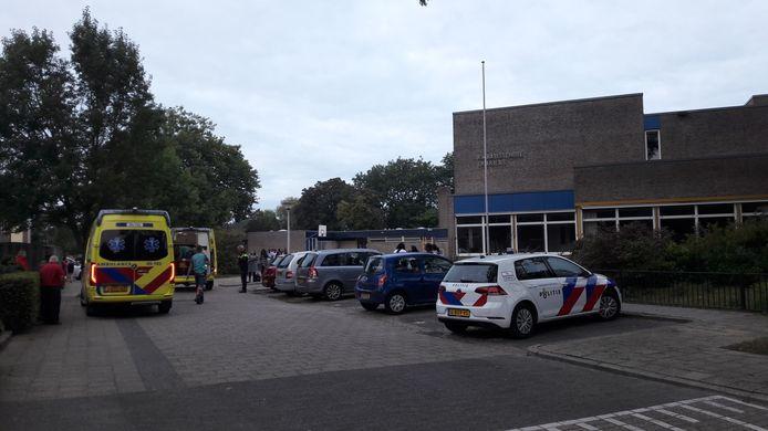 De leegstaande Dr Ariënsschool waar ambulancehulpverleners en politie naartoe zijn uitgerukt nadat iemand van het dak zou zijn gevallen.