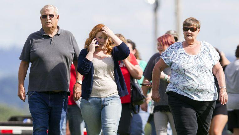 Ouders komen hun leerlingen ophalen na de gijzeling in de school in Philippi.