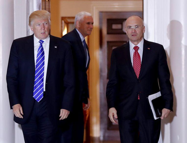 Andrew Puzder (r.) met president Trump en in de achtergrond vicepresident Mike Pence. Beeld AP