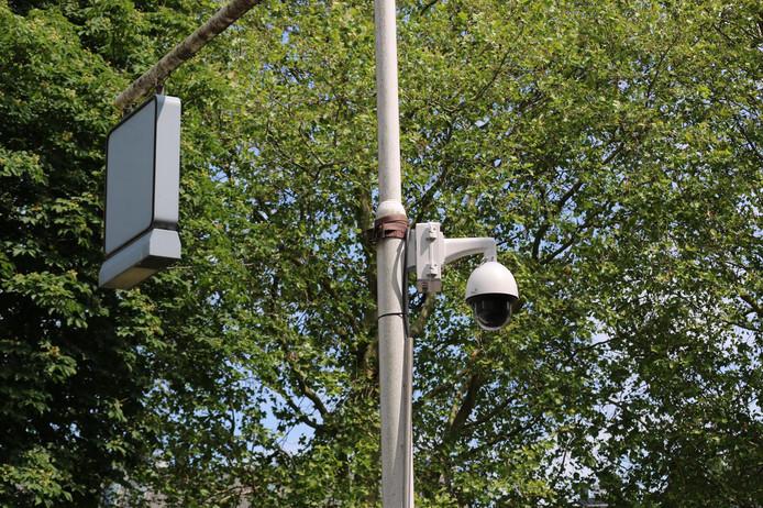 Een van de mobiele camera's die op de kruising tussen de Oosthoef en de Plaswijckweg in Gouda zijn gehangen, in strijd tegen de autobranden.