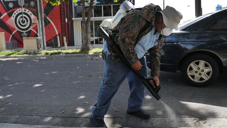 Op straat in Miami wordt er flink met gif gespoten tegen muggen. Beeld afp