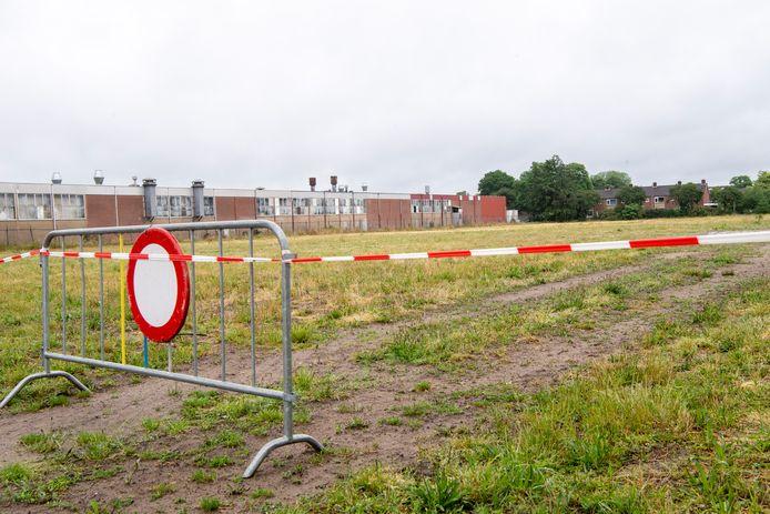 Het voormalige bedrijventerrein Haven Oost in Ommen is afgezet. Bij maaiwerkzaamheden werd asbest aangetroffen.