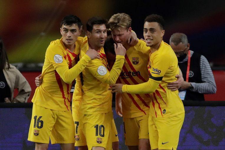 Frenkie de Jong (tweede van rechts) wordt na zijn doelpunt geknuffeld door (vlnr) Pedri, Messi en Dest.   Beeld EPA