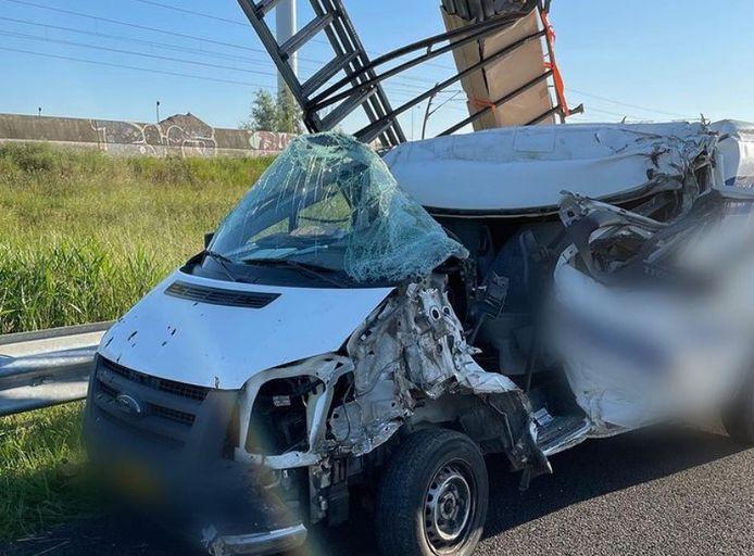 De bedrijfsbus die betrokken was bij het ongeluk op de A15.