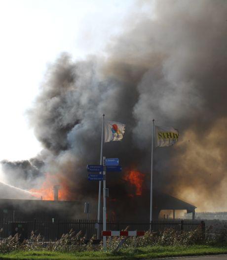 Dikke rookwalm teistert Sint-Annaland bij grote uitslaande brand in loods
