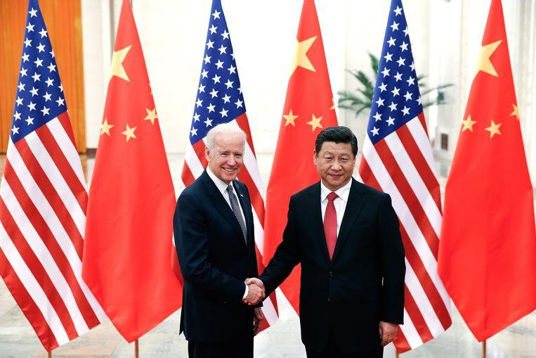 De Chinese leider Xi Jinping en de toenmalige Amerikaanse vicepresident Joe Biden begroetten elkaar in 2013 in Peking. Beeld AFP