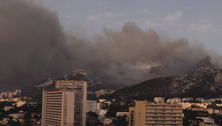 De branden verwoestten tientallen huizen en legden 1300 hectare in de buurt van de havenstad Marseille in de as. Foto EPA Beeld