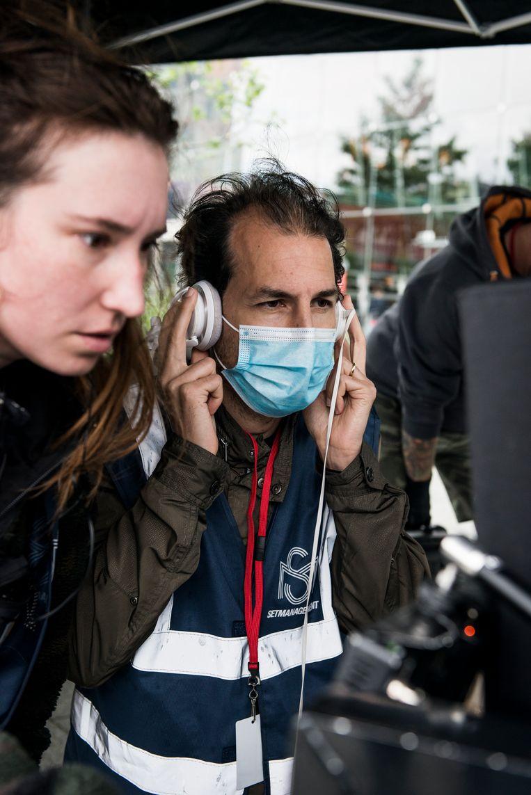 Casanova's-regisseur Jamel Aattache met mondkapje op de set in Rotterdam. Beeld Eva Faché