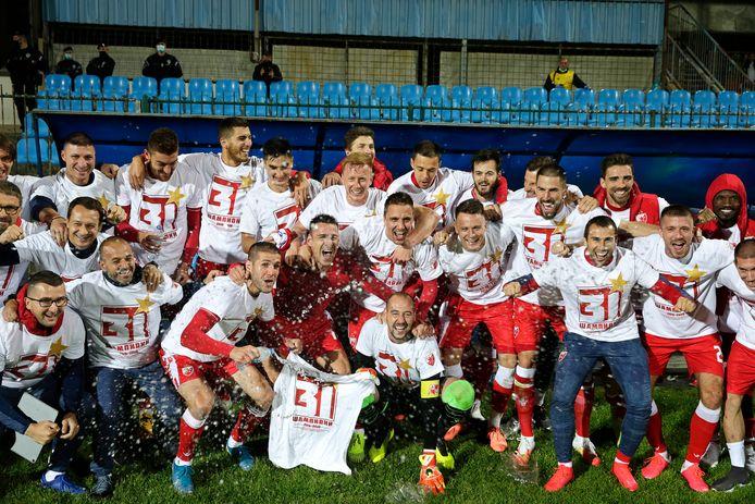 Feest bij de spelers van Rode Ster Belgrado na het behalen van de derde landstitel op rij.