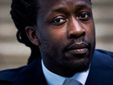 Akwasi pakt laptops EO af en dwingt journalist opname te wissen na vraag over Dam-speech