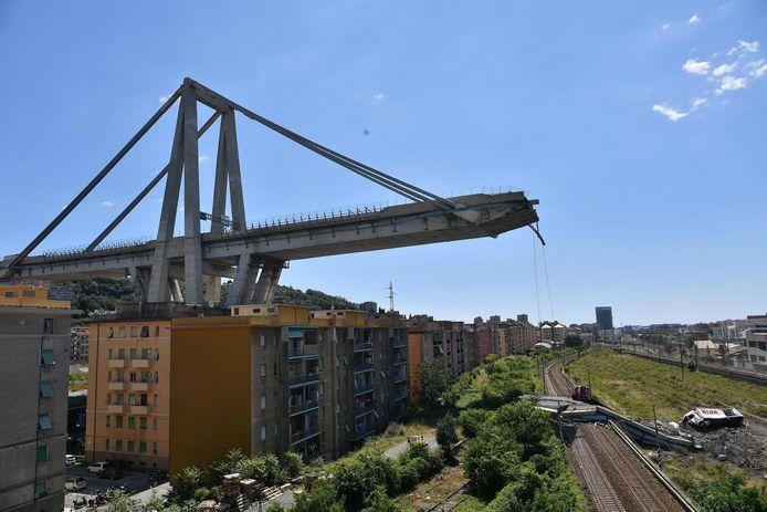 Het Morandi-viaduct in Genua, de dag nadat het instortte in 2018. Zo'n 43 mensen lieten daarbij het leven. De snelwegbrug was slecht onderhouden en de uitbater vervalste veiligheidsrapporten.
