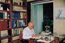 Peter Dedert aan het werk in zijn kantoor.