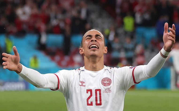 Yussuf Poulsen viert de bevrijdende 0-2 voor Denemarken in het laatste groepsduel. Zo gingen de Denen ondanks het wegvallen van Christian Eriksen alsnog door naar de finalerondes. Beeld EPA