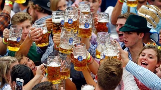 """Schlagermuziek, lederhosen en vooral... liters bier. Grootste Oktoberfest van Vlaanderen trekt ook naar Antwerpen: """"Laat ons hopen dat het in oktober al mag"""""""
