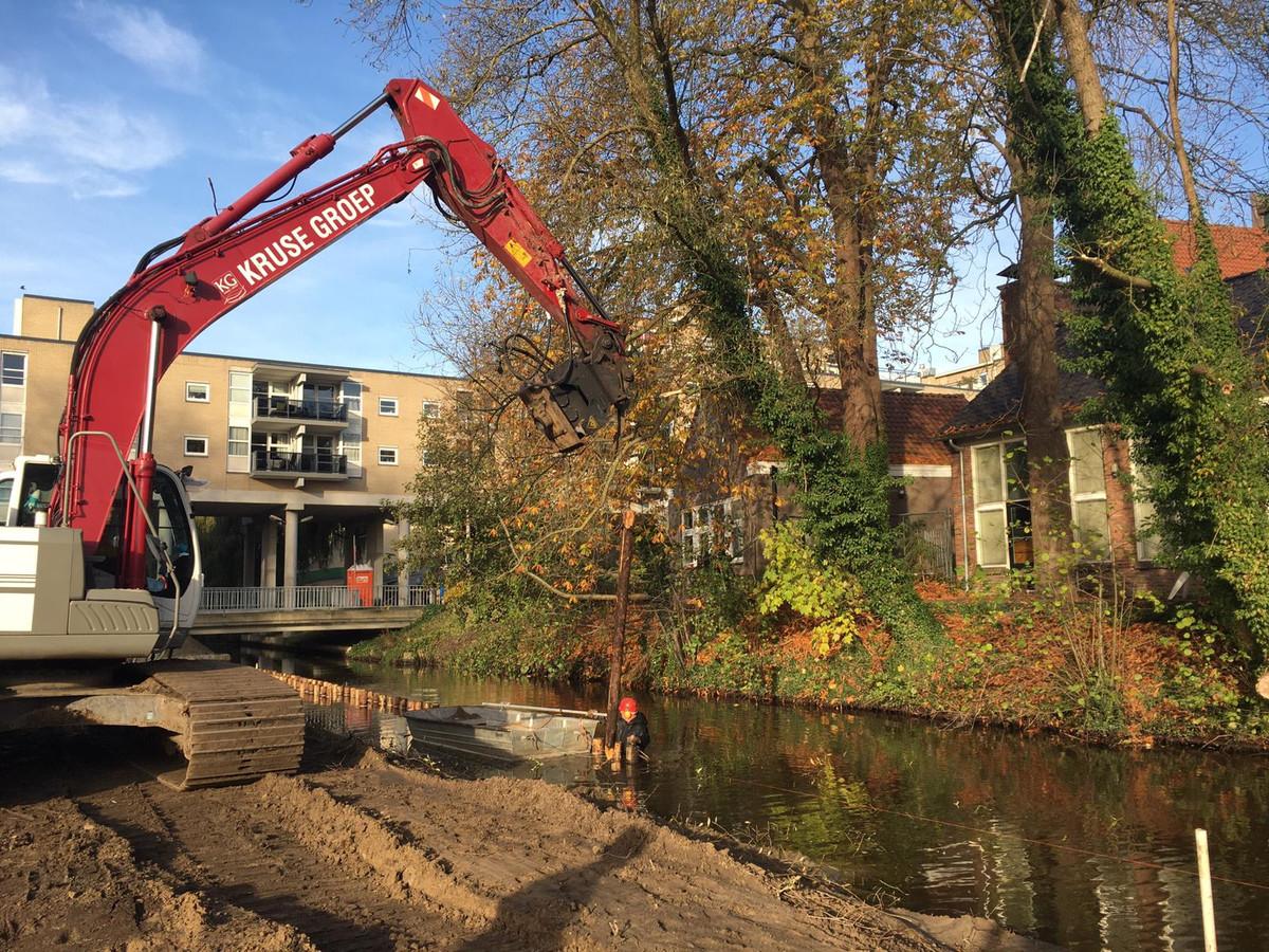 Werkzaamheden aan de Aa nabij het Doepark in Almelo.
