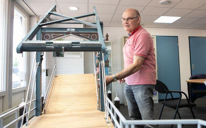 """Geert Jalving (74) heeft de oude ophaalbrug van Hardenberg tot in detail in miniatuurvorm nagemaakt. ,,Ik was het nooit zat, maar ben nu wel blij dat het klaar is."""""""