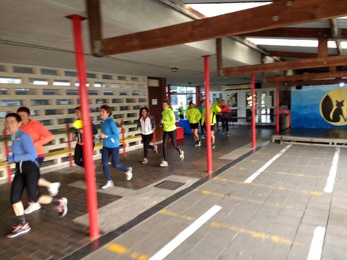De deelnemers lopen door verschillende Kemzeekse gebouwen zoals de school Reynaerdijn.