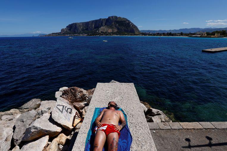 Een badgast in Mondello, Italië.  Beeld REUTERS