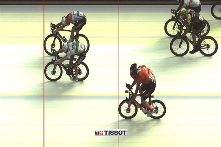 De fotofinish wijst uit dat Fabio Jakobsen (boven in beeld) de vierde etappe van de Ronde van Spanje heeft gewonnen. Beeld null