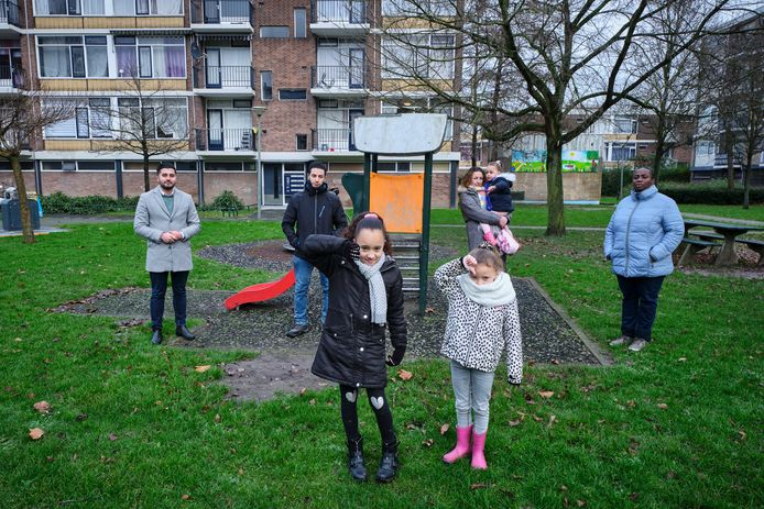 Dogukan Ergin, fractievoorzitter van Denk (links) met bewoners van de Staatsliedenbuurt in Schiedam vlnr: Ibrahim, Anoeska en Sandra en de kinderen van Anoeska.