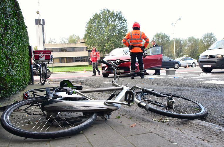 De fiets belandde op het voetpad in de Sint-Margriete-Houtemlaan.