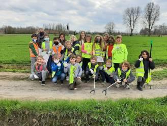 """Kinderen Gemeentelijke Basisschool Lievegem ruimen zwerfvuil in schoolbuurt: """"Opvallend hoeveel we konden vinden"""""""
