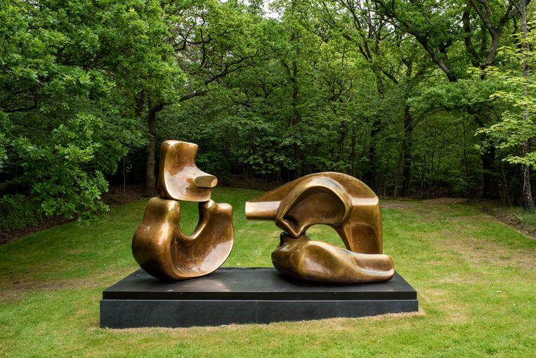 Nogmaals het werk van Henry Moore. Het brons is op de randen met een lichter patina bewerkt. Als de zon schijnt, lijken de randen meer zon te weerkaatsen. Beeld Simon Lenskens