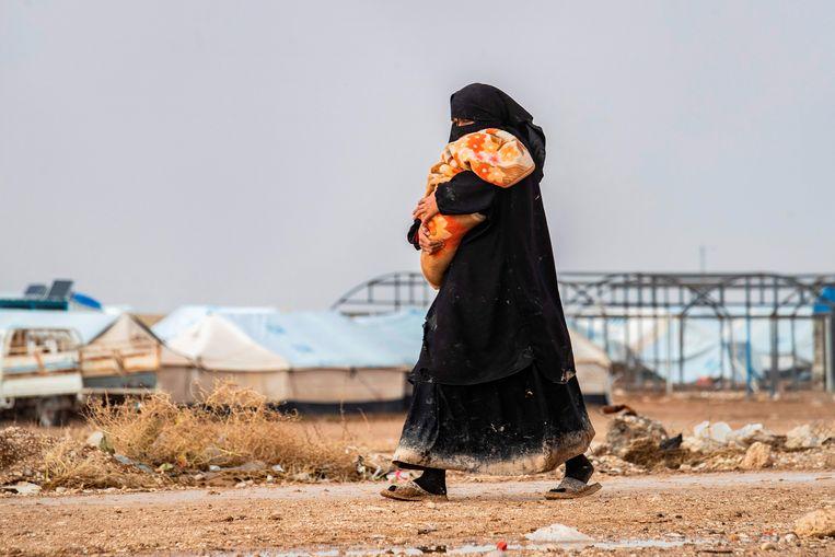 Een vrouw met kind in het al-Hol-kamp in Syrië. Beeld AFP