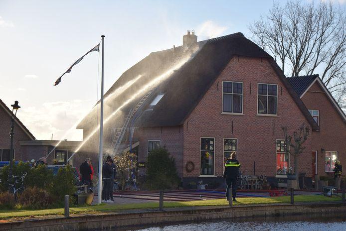 De brandweer voorkwam dat het vuur oversloeg naar het rieten dak