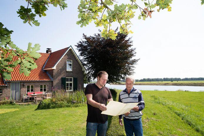 Onderzoeker Frits van der Mije (rechts) bij de wederopbouwboerderij van Bennie Beijer aan de Pipeluurseweg in Olburgen.