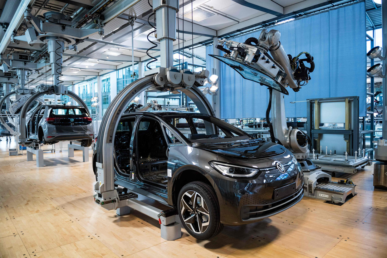 In een Volkswagenfabriek in Dresden wordt een elektrische auto in elkaar gezet.  Beeld AFP