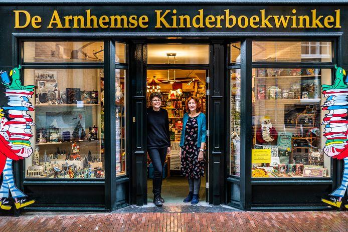 Medewerkers van de Kinderboekenwinkel in Arnhem zijn blij met een afhaalloket vanaf volgende week