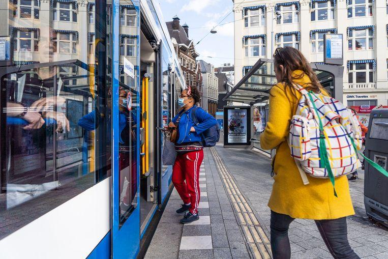 De vertrouwde Combino heeft een lagere vloer dan de nieuwe tram, waardoor een oprijplank nodig is bij haltes.  Beeld Birgit Bijl