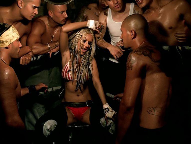 Still uit de videoclip van 'Dirrty', geregisseerd door David LaChapelle.Het schattige Disney-meisje dat Aguilera ooit was, is in geen velden of wegen meer te bekennen. Beeld RV