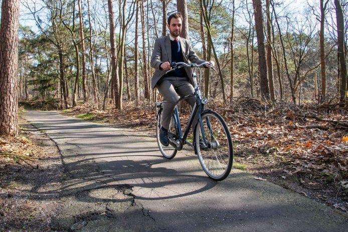 Wethouder Mark van de Bunte wil dit stukje fietspad graag verbeteren en met 20 centimeter verbreden, maar de gemeente Nunspeet zit gevangen in de stikstofregels.