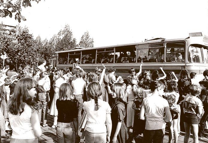 Zwaaien bij het vertrek voor een schoolreisje in de jaren zeventig. En brood mee. Zo mag het vanaf volgende week weer.