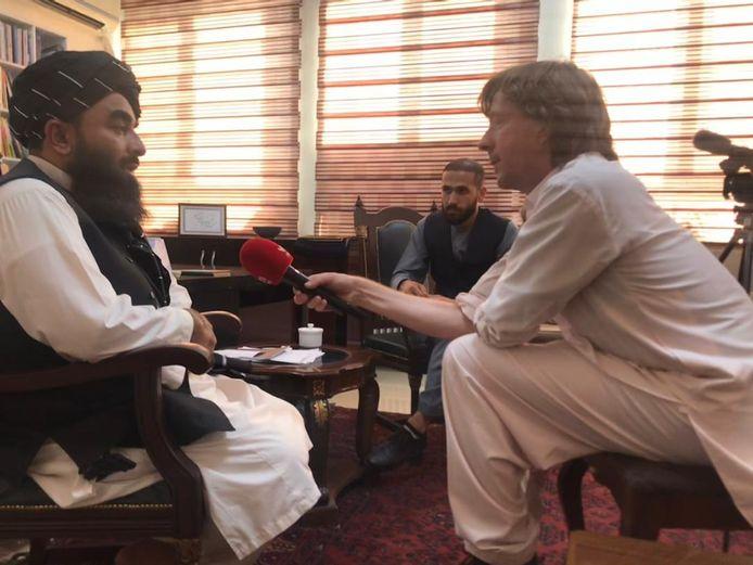 Le porte-parole des talibans, Zabihullah Mujahid, en conversation avec Robin Ramaekers.