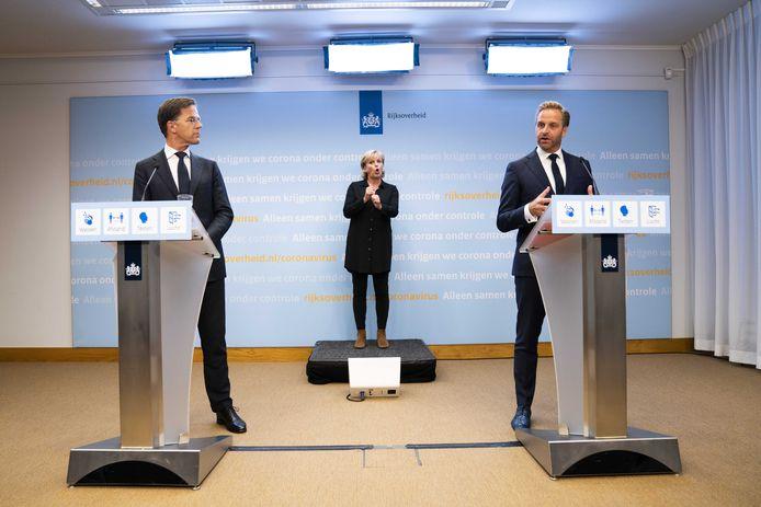 Demissionair premier Mark Rutte en demissionair minister Hugo de Jonge van Volksgezondheid, Welzijn en Sport (CDA) tijdens een persconferentie in zicht