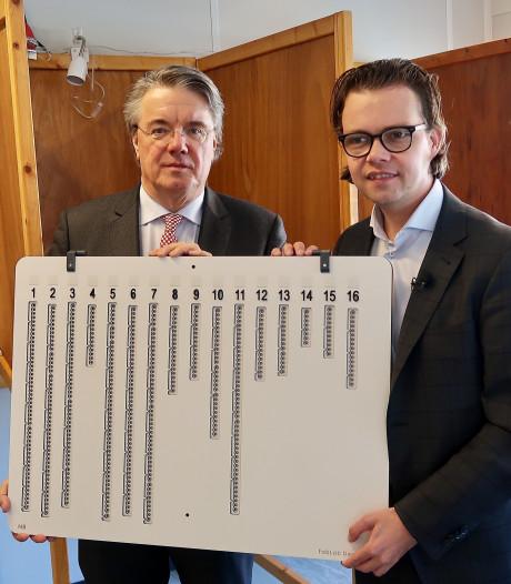 Kiezer met visuele beperking weet speciale stempost in Grave te vinden