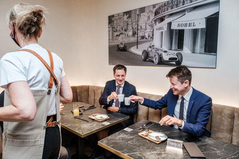 Premier Alexander De Croo (Open Vld) met Horeca Vlaanderen-CEO Matthias De Caluwe in Brasserie Nobel in Aalst.  Beeld ID/Wouter Van Vooren