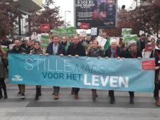 Duizenden anti-abortusdemonstranten lopen protestmars door binnenstad van Utrecht